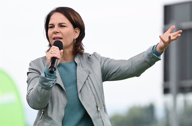 20 September 2021, Rhineland-Palatinate, Mainz: Annalena Baerbock, leader of the Buendnis 90/Die Gruenen (ALliance 90/The Greens) and candidate for German chancellor, speaks during a campaign event on the banks of the Rhine in Mainz. Photo: Arne Dedert/dp