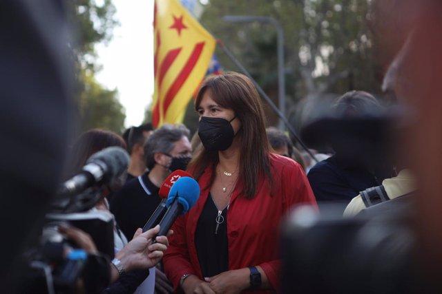 La presidenta del Parlament, Laura Borràs, respon els mitjans en una concentració convocada contra la detenció de l'expresident Carles Puigdemont en l'L'Alguer (Sardenya), a 24 de setembre de 2021, a Barcelona, Catalunya, (Espanya). Convocada per la A