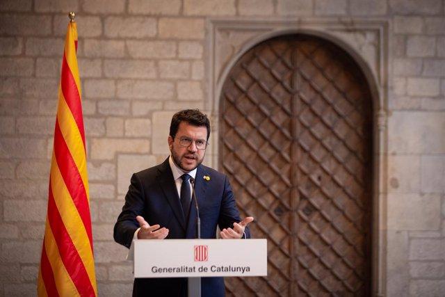 El president del Govern, Pedro Sánchez (i), i el de la Generalitat, Pere Aragonès (d), es reuneixen en el Palau de la Generalitat abans que se celebri la segona reunió de la taula del diàleg entre el Govern central i el Govern català, a 15 de set