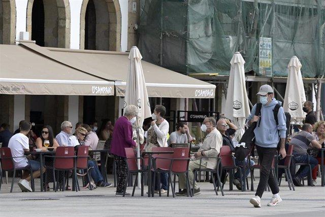 Varias personas en la terraza de un bar, a 18 de septiembre de 2021, en A Coruña.