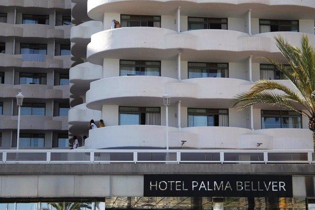 Archivo - Dos jóvenes en un balcón del hotel Palma Bellver, donde estaban confinados 249 jóvenes que tuvieron relación directa o indirecta con el brote de un viaje de estudios a Mallorca.