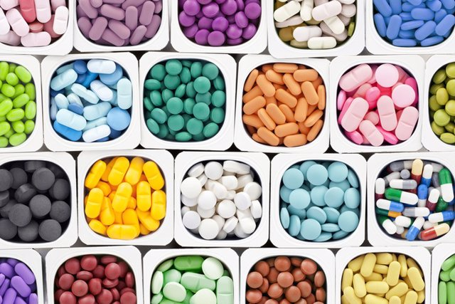 Archivo - Pastillas, vitaminas