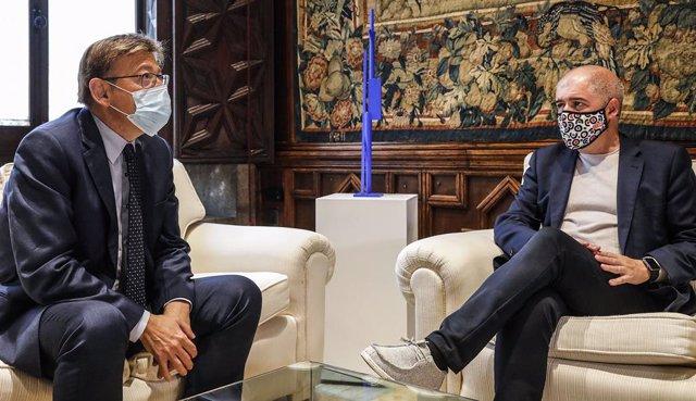 El president de la Generalitat Valenciana, Ximo Puig (i), i el secretari general de CCOO, Unai Sordo (d), conversen en el Palau de la Generalitat Valenciana, a 24 de setembre de 2021