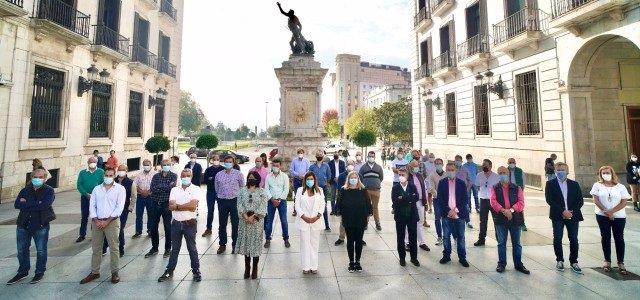La presidenta del PP en Cantabria, María José Sáenz de Buruaga, junto a los alcaldes y concejales 'populares' de 53 municipios que registran un manifiesto contra la protección del lobo en la Delegación.