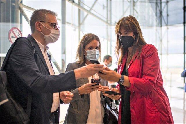 La presidenta del Parlament de Catalunya, Laura Borràs, en l'Aeroport de Barcelona abans de partir a l'L'Alguer (Sardenya, Itàlia)