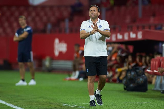 Javier Calleja, head coach of Alaves, gestures during the football friendly match played between Sevilla Futbol Club and Deportivo Alaves Madrid at Ramon Sanchez-Pizjuan Stadium on September 9, 2021 in Sevilla, Spain.