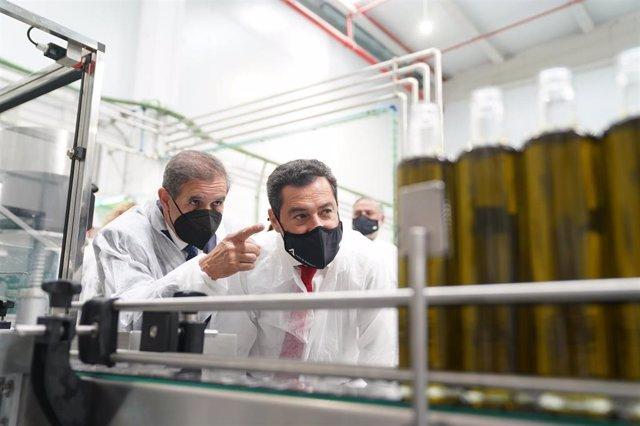 El presidente de la Junta de Andalucía, Juanma Moreno, ha inaugurado las nuevas instalaciones de la Cooperativa San Sebastián ubicadas en Benalúa de las Villas (Granada).