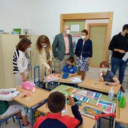 La delegada de Educación de la Junta en Granada, Ana Berrocal, visita el colegio Luis Rosales