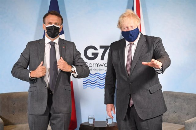 Archivo - 12 June 2021, United Kingdom, Carbis Bay: UK Prime Minister Boris Johnson (R)receives French President Emmanuel Macron for a bilateral meeting on the sidelines of the G7 summit in Cornwall, which held from 11 to 13 June. Photo: Stefan Rousseau/