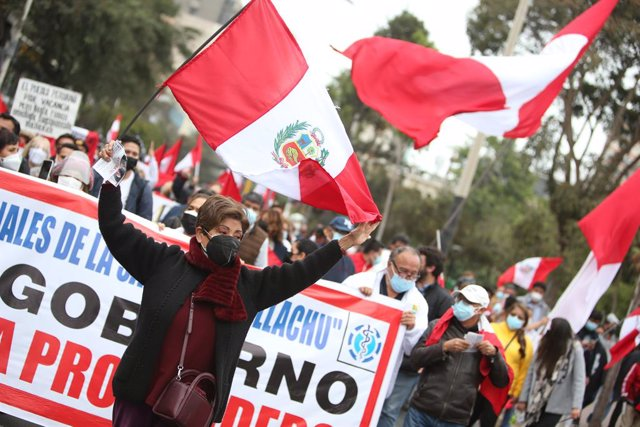 12 September 2021, Peru, Lima: People cheer after the death of Abimael Guzman, the former leader of the Peruvian guerrilla organization Shining Path (Sendero Luminoso). Guzman died at the age of 86 in a maximum-security prison, the prison administration a