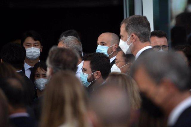 Archivo - El Rey Felipe VI y el presidente de la Generalitat, Pere Aragonès, se saludan en un encuentro de empresarios en la reunión del Círculo De Economía