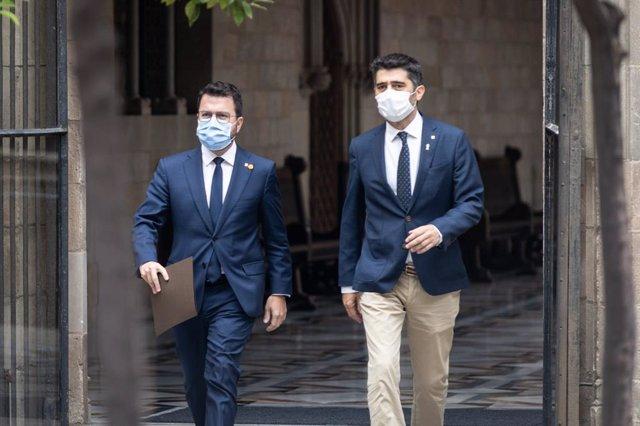 El president i el vicepresident de la Generalitat, Pere Aragonès i Jordi Puigneró, en el Palau de la Generalitat en reunir-se el Govern per la detenció de l'expresident Carles Puigdemont