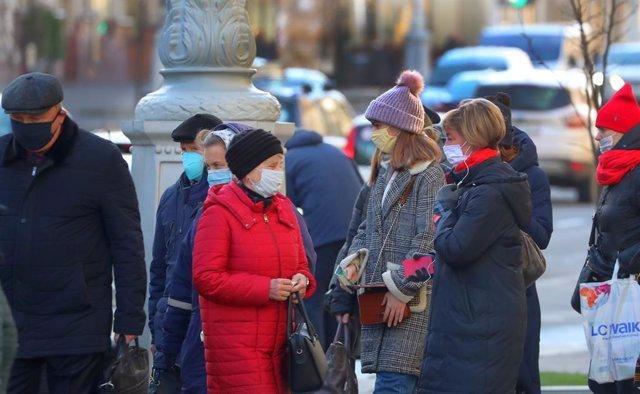 Archivo - Un grupo de personas en una calle de Bielorrusia.