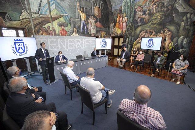 El presidente del Cabildo de Tenerife, Pedro Martín, en una rueda de prensa en la que ha exigido una reforma integral del aeropuerto Tenerife Sur