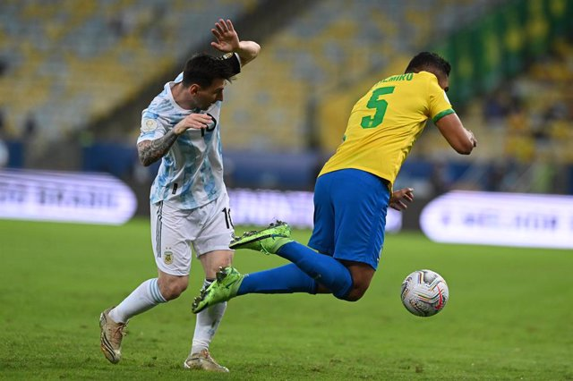 Archivo - 10 July 2021, Brazil, Rio de Janeiro: Argentina's Messi watches Brazil's Casemiro fall during the CONMEBOL Copa America Final soccer match between Argentina and Brazil at The Maracana Stadium. Photo: Andre Borges/dpa