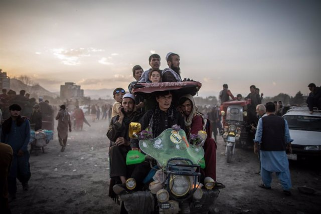 24 September 2021, Afghanistan, Kabul: Afghan men leave after watching a traditional wrestling match at the Chaman-e-Hozori Park in Kabul. Photo: Oliver Weiken/dpa