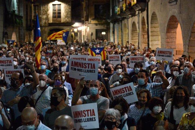Un miler de persones omplen la plaça del Vaig veure de Girona, davant l'Ajuntament, en suport al seu exalcalde i expresident de la Generalitat Puigdemont després de ser detingut i lloc en llibertat a Itàlia