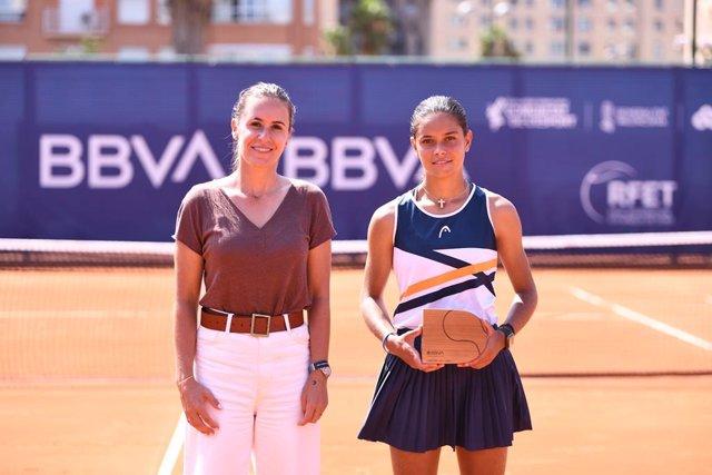 Anabel Medina junto a la ganadora del torneo Sub-16 del BBVA Open Internacional de Valencia