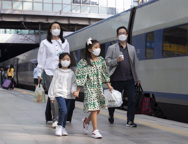 Archivo - Un grupo de personas en Corea del Sur durante la pandemia de coronavirus