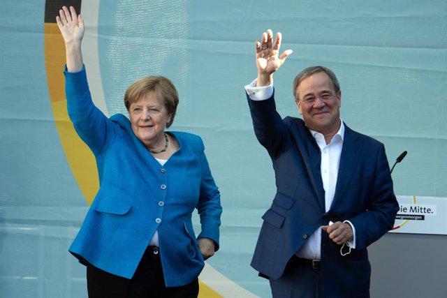 La canciller de Alemania, Angela Merkel, y el candidato a canciller de la Unión Demócrata Cristiana (CDU), Armin Laschet, durante un acto de campaña