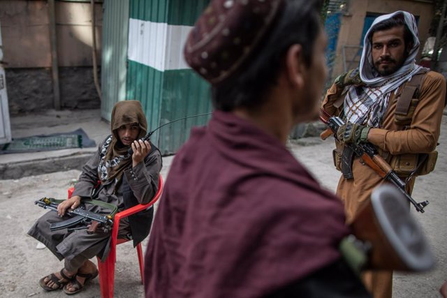 22 September 2021, Afghanistan, Kabul: Taliban fighters guard outside a police station in Kabul. Photo: Oliver Weiken/dpa