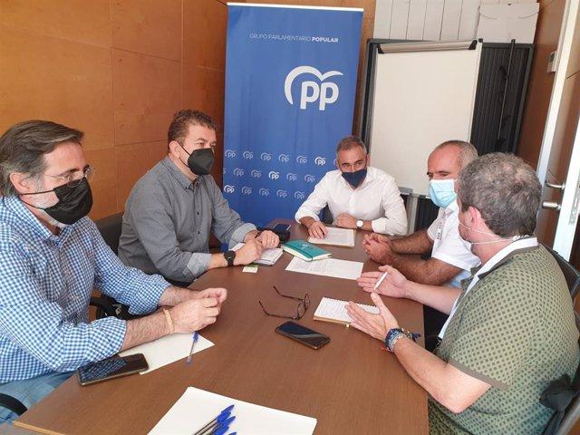 El portavoz adjunto del GPP, Miguel Barrachina y el vicesecretario de Agricultura, Agua y Pesca del PPCV, Ernesto Fernández, se reúnen con representantes de AVA-Asaja