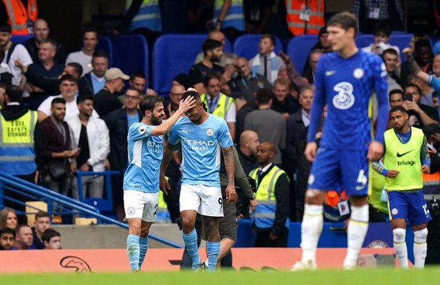 25 September 2021, United Kingdom, London: Manchester City's Gabriel Jesus (C) celebrates scoring their side's first goal of the game during the English Premier League soccer match between Chelsea and Manchester City at Stamford Bridge. Photo: Adam Davy/P