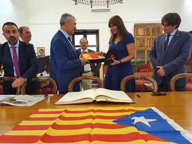 La presidenta del Parlament, Laura Borràs, i l'expresident de la Generalitat Carles Puigdemont, durant una visita institucional a l'Ajuntament de L'Alguer (Itàlia)