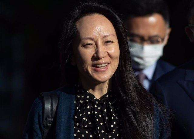 24 September 2021, Canada, Vancouver: Meng Wanzhou, chief financial officer of Huawei, reads a statement outside the BC Supreme Court. Wanzhou expressed her relief as she headed home to China onSaturday, a day after a settlement was reached with the USD