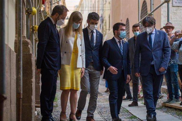 El delegat del Govern a Itàlia, Lucca Bellizi; la consellera d'Acció Exterior, Victòria Alsina; el vicepresident del Govern, Jordi Puigneró; el president de la Generalitat, Pere Aragonès i l'expresident de la Generalitat Carles Puigdemont