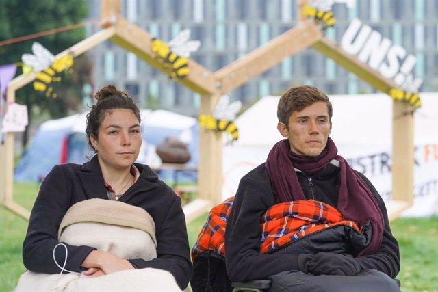 Lea Bonasera y Henning Jeschke durante la huelga de hambre por el clima durante la campaña electoral en Alemania