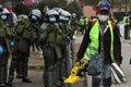 Manifestantes queman pertenencias de migrantes venezolanos durante una protesta en Chile
