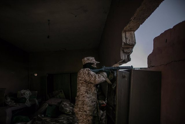 Archivo - 13 March 2020, Libya, Tripoli: A fighter of Libya's UN-backed Government of National Accord (GNA) of Fayez al-Sarraj, fires his assault rifle at the forces of the self-styled Libyan National Army (LNA) led by Libyan strongman Khalifa Haftar, at
