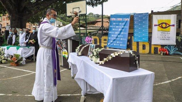 Ceremonia de entrega de los cuerpos de dos víctimas del conflicto armado en Antioquia, Colombia