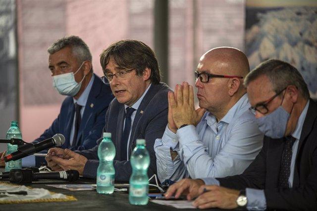 L'expresident de la Generalitat Carles Puigdemont, el seu advocat, Gonzalo Boye, i el cap de l'Oficina de Carles Puigdemont, Josep Lluís Alay