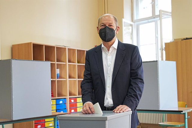 26 September 2021, Brandenburg, Potsdam: Olaf Scholz, Federal Minister of Finance and candidate of the Social Democratic Party (SPD) for Chancellor, casts his ballot at a polling station in the Max Dortu School during the 2021 German federal election. Pho