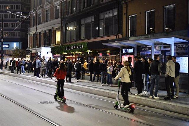 Persones es reuneixen en un carrer d'Oslo, la capital de Noruega, per celebrar la fi de les restriccions imposades per la pandèmia de COVID-19.
