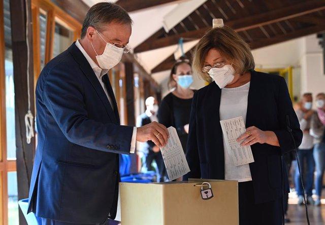 El candidato conservador a la Cancillería, Armin Laschet, ejerce su voto en Aquisgrán para las elecciones federales de Alemania