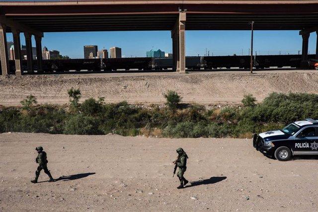 Archivo - Militares mexicanos en Ciudad Juárez, junto a la frontera de El Paso con Estados Unidos