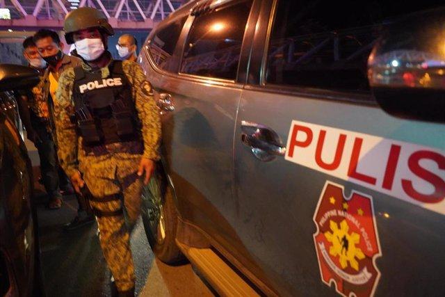 Archivo - Agentes de la Policía de Filipinas durante un operativo en Metro Manila.