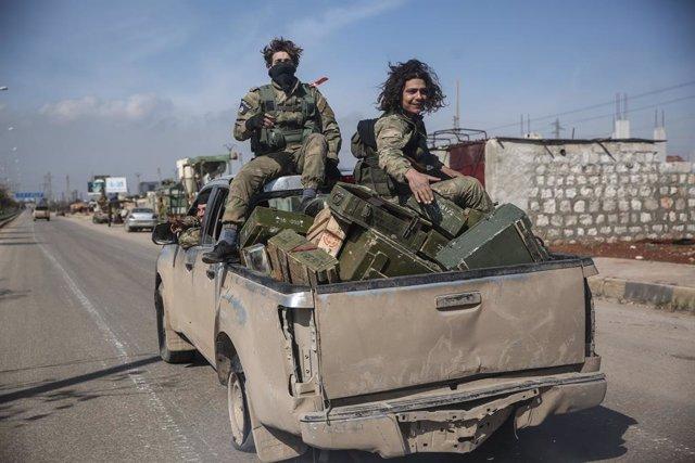 Archivo - Rebeldes sirios tras la toma de la ciudad siria de Saraqib