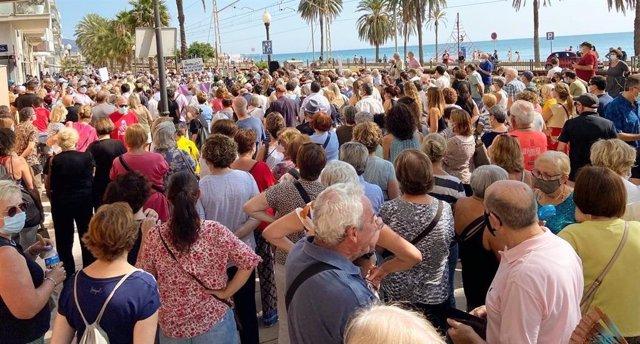 Concentració a Badalona (Barcelona) contra la instal·lació d'Adif de pantalles acústiques en les vies del tren del municipi