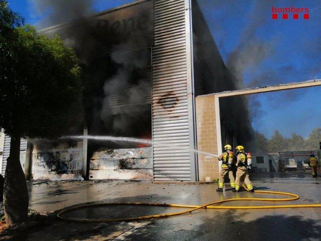 Bombers de la Generalitat treballen en un incendi en un magatzem de Castelldefels (Barcelona)