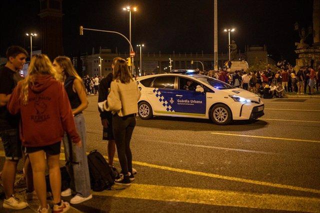 Un coche de policía vigila durante el primer día de las fiestas de la Mercè, a 24 de septiembre de 2021, en Barcelona