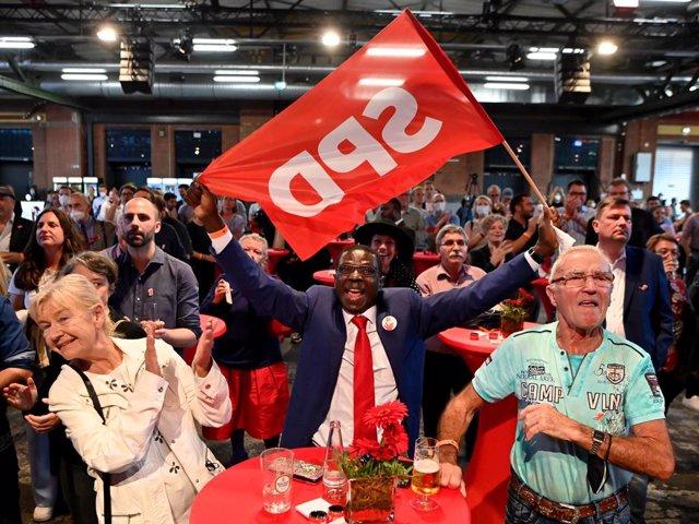 26 September 2021, Berlin: Social Democratic Party (SPD) supporters react to the first results of the 2021 German Parliamentary election at Kreuzberg. Photo: Bernd Von Jutrczenka/dpa