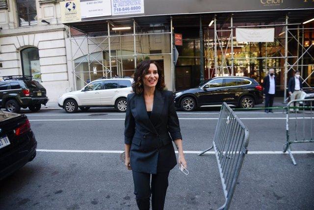 La presidenta de la Comunidad de Madrid, Isabel Díaz Ayuso, en 5th Avenue tras ofrecer la primera rueda de prensa de su viaje institucional a EEUU, a 26 de septiembre de 2021, en Nueva York (EEUU).