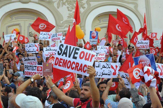 26 September 2021, Tunisia, Tunis: Supporters of Tunisia's Islamic Ennahdha party, take part in a demonsration on Habib Bourguiba Avenue, against President Keis Saied, after expanded his powers by taking over legislative and executive authorities. Photo: