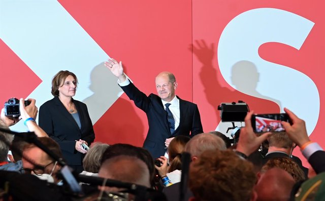 26 September 2021, Berlin: Olaf Scholz, Federal Minister of Finance and candidate of the Social Democratic Party (SPD) for Chancellor, waves next to his wife Britta Ernst during the 2021 German Parliamentary election at Willy Brandt House. Photo: Britta P