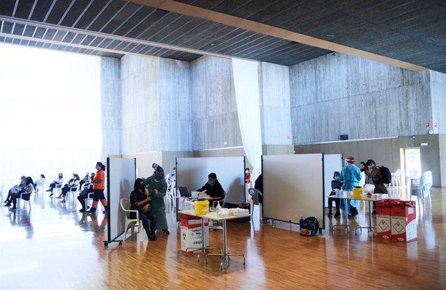 Archivo - Vacunación contra el coronavirus en Santander