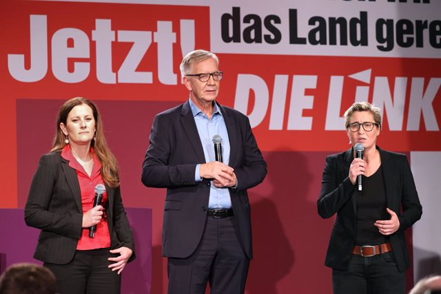 26 September 2021, Berlin: (L-R) Leader of the Left Party (Die Linke) Janine Wissler, parliamentary party leader Dietmar Bartsch and Left party leader Susanne Hennig-Wellsow, speak at the election party in the Karl-Liebknecht-Haus after the first forecast